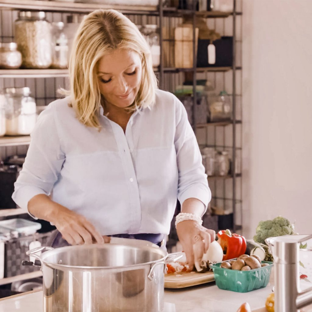 Dr. Kellyann Petrucci cooking bone broth